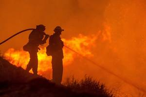 thousands evacuated in gran canaria as raging wildfire 'has great potential' to spread