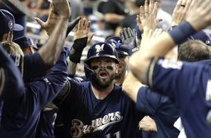 With Yelich out, Moustakas leads Brewers' charge in 7-5 win
