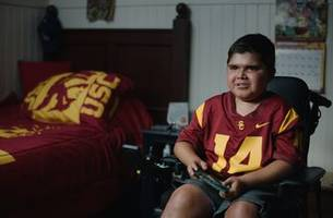 13-year-old with duchenne muscular dystrophy inspires usc's football team