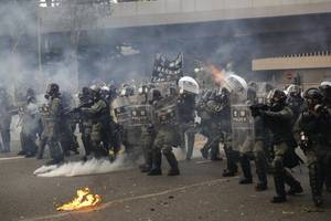 hong kong police fire tear gas to break up protesters