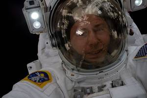putin decorates nasa astronaut nick hague with order of courage over failed soyuz launch