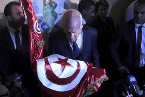 tunisia polls suggest conservative professor wins election