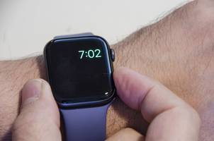 how to turn power reserve on an apple watch on or off, to conserve battery or control features