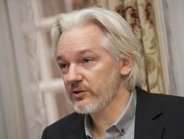 """a 1950s show trial"": john pilger describes 'disgraceful' courtroom treatment of julian assange by uk judge"