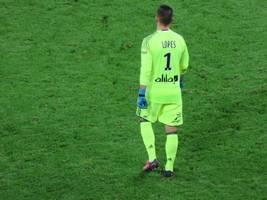 benfica beats lyon 2-1 after goalkeeper error for 1st win