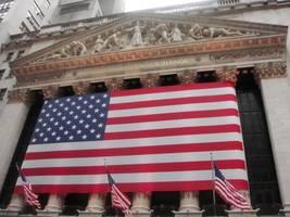 u.s. stocks close higher amid mixed earnings, data