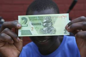 zimbabwe begins issuing new banknotes to help ease cash crunch