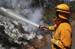 australians told to shelter from bushfires as political heat builds