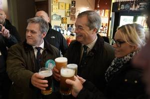 behind the scenes of nigel farage's brexit party pub crawl in hull