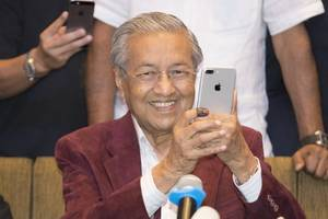 malaysian prime minister again hints he could stay on beyond 2020
