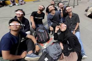 people throng jakarta planetarium to witness annular solar eclipse