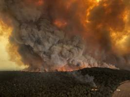 australian military embark on rescue missions as deadly wildfires threaten to burn towns to the ground