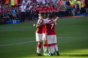 aubameyang scores and sees red but arsenal earn draw at crystal palace