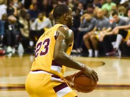 LeBron James posts 35 points, 16 boards, Lakers beat Mavs