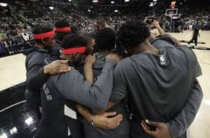 raptors, spurs share 24-second bryant tributes; toronto wins