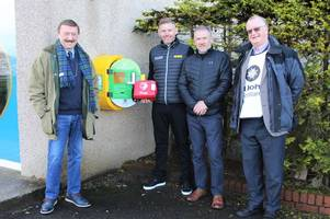 stephen gallacher unveils defibrillator at local golf club