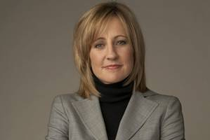 warner bros communications chief dee dee myers to step down