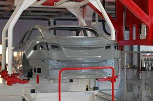 some tesla factory workers say the company still struggles with broken robots (tsla)