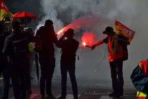 yellow vests defy covid-19 and police lockdown to protest macron government (videos)